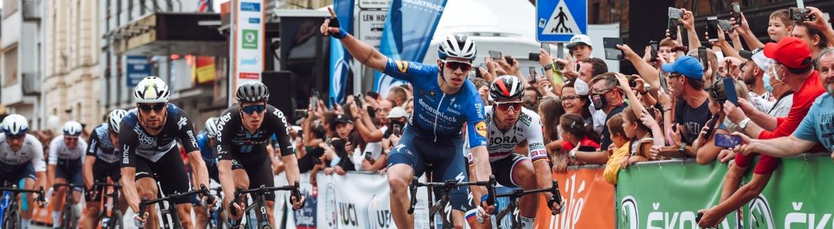 Šprint v Košiciach vyhral Hodeg, kolumbijský cyklista získal aj žltý dres, Sagan druhý